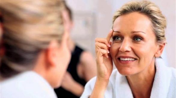 حيل تجميلية لإخفاء بقع الشيخوخة عن الجلد
