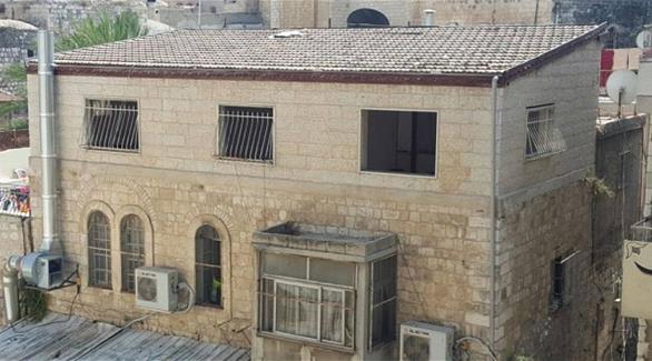 بالصور: الاحتلال يجبر فلسطينياً على هدم منزله بيده