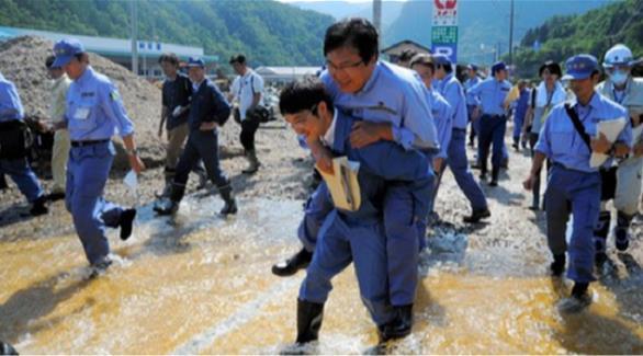 نائب ياباني يركب ظهر مسؤول لاجتياز بركة ماء