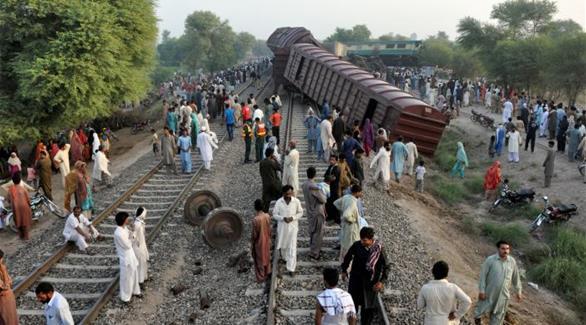 4 قتلى و100 جريح بتصادم قطارين في باكستان