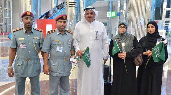 بالصور: دبي تستقبل السعوديين بالورود احتفالاً بيومهم الوطني