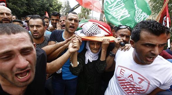 اخبار الامارات العاجلة 0201609281218388 بالصور: مسنّة فلسطينية تشيع جثمان نجلها الشهيد إلى مثواه الأخير أخبار عربية و عالمية