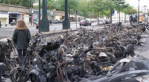 اخبار الامارات العاجلة 0201610010952378 بالصور: اشتعال النار في أكثر من 50 سكوتر في باريس أخبار عربية و عالمية