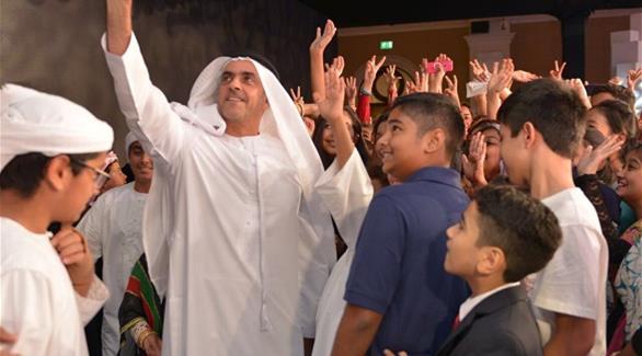 سيلفي يجمع سيف بن زايد مع طلبة مشاركين بـعبر عن حبك للإمارات