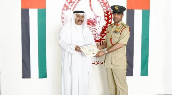 اخبار الامارات العاجلة 0201610100146699 شرطة دبي تكرم سعودياً عثر على مبلغ مالي في جهاز صرافة اخبار الامارات  الامارات اخبار الدار