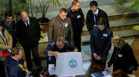 مواطنو مولدوفا يتوجهون إلى صناديق الاقتراع في جولة إعادة للانتخابات الرئاسية