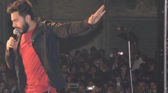 بالصور: تامر حسني يحيي حفلاً غنائياً داخل جامعة مصر الدولية