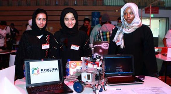 """طالبات إماراتيات يبتكرن """"روبوت"""" لإعطاء"""