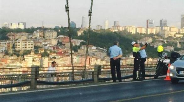 شرطي تركي يلتقط  سيلفي  أمام ثلاثيني يحاول الانتحار