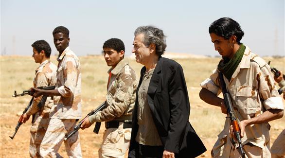 برنارد ليفي في ليبيا أثناء الأحداث التي انتهت بها في مستنقع التطرف والخراب(أرشيف)