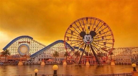 """اللون البرتقالي يغطي سماء """"ديزني لاند"""""""