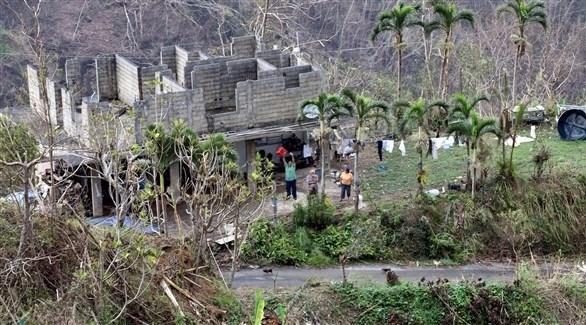 سكان بورتوريكو ينتظرون المساعدات أمام منازلهم المهدمة (اي بي ايه)