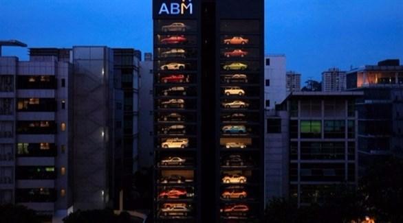 """""""آلة بيع"""" عملاقة للسيارات الفاخرة في سنغافورة (يو بي آي)"""