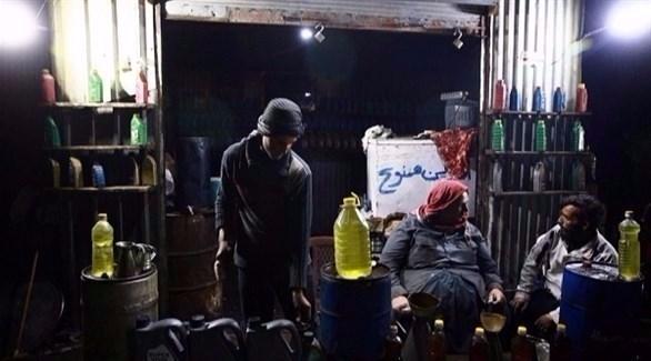 أبوقاسم وابنه أبوفهد في مصفاتهما لاستخراج البنزين من البلاستيك (رويترز)