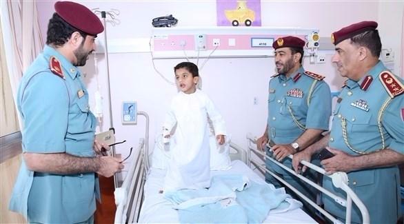 شرطة رأس الخيمة خلال زيارتها مصابي حادث العابر (من المصدر)