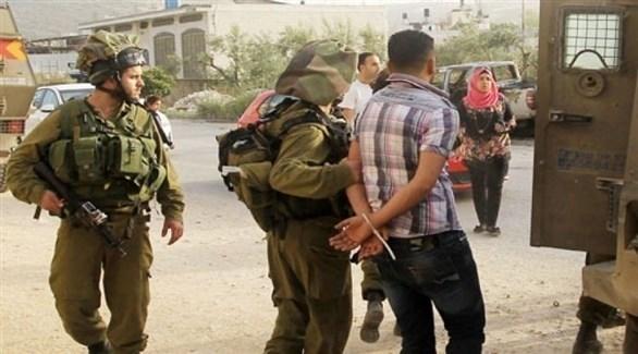 جنود الاحتلال الإسرائيلي يعتقلون فلسطينياً (أرشيف)