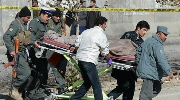 جنود ومسعفون ينقلون جثة بعد هجوم إرهابي سابق في أفغانستان (أرشيف)