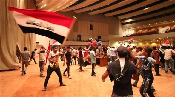 متظاهرون يحملون العلم العراقي داخل البرلمان بغداد (أرشيف)