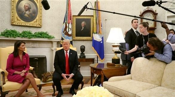 الرئيس الأمريكي مجتمعاً مع السفيرة لدى الأمم المتحدة في المكتب البيضاوي (رويترز)