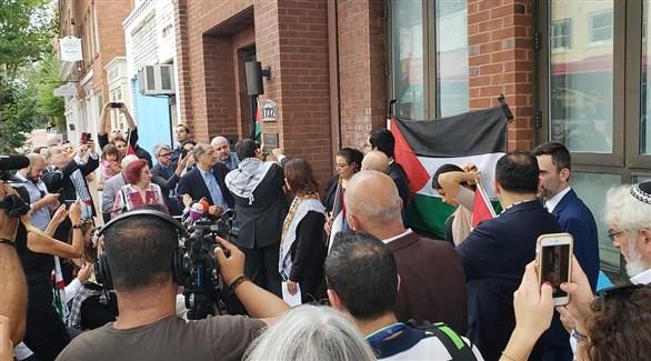 متضامنون عرب أمام مكتب منظمة التحرير في واشنطن (وفا)
