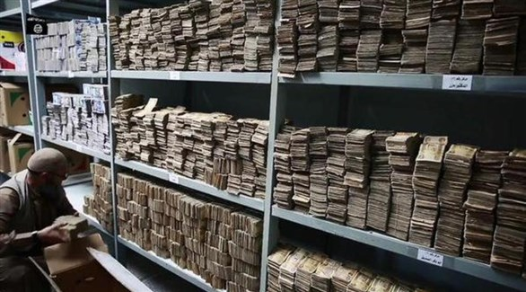 رجل يضع أموالاً في أحد المخازن التابعة لداعش (أرشيف)