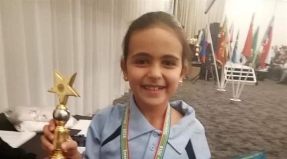 الطفلة اللبنانية ترفع الجائزة