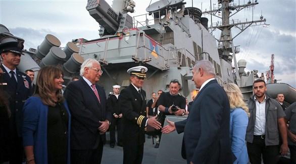 رئيس الوزراء الإسرائيلي بنيامين نتانياهو  مُصافحاً قائد السفينة بحضور السفير الأمريكي  (تايمز أوف إسرائيل)