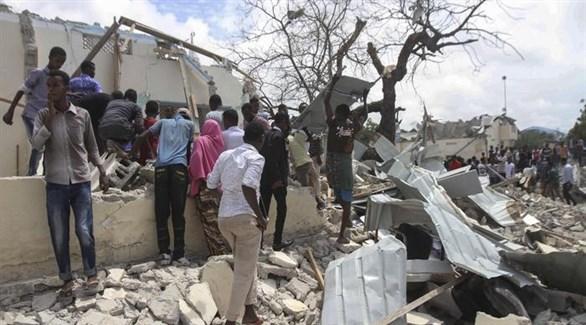 صوماليون يحاولون إسعاف ضحايا تفجير أحد المطعمين (أنسا)
