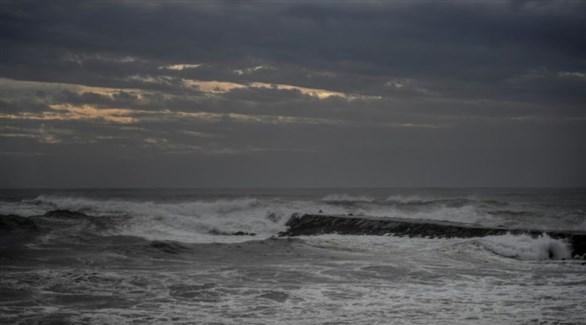 ارتفاع أمواج المحيط الأطلسي قبل وصول ليزلي إلى شواطئ كوستا دا كابريشيا بلشبونة (أف ب)