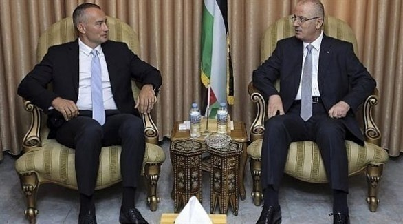 رئيس الحكومة الفلسطينية رامي الحمد الله والمنسق  الأممي نيكولاي ملادينوف (أ ب)