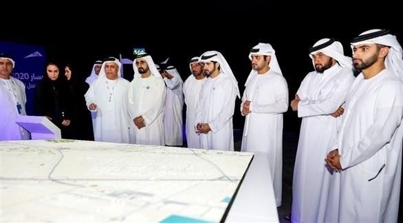محمد بن راشد أثناء اطلاعه على مسار 2020 لمترو دبي (تويتر)