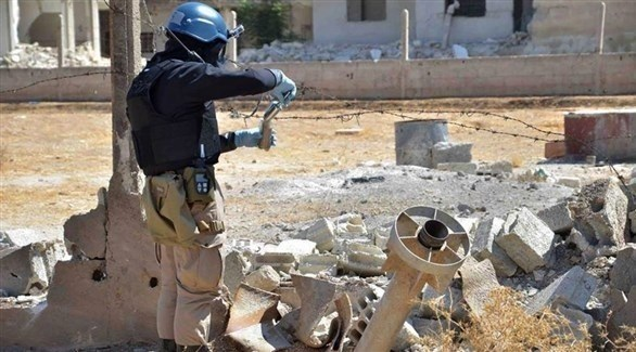 عنصر من منظمة حظر الأسلحة الكيميائية يجمع عينات في سوريا (أرشيف)