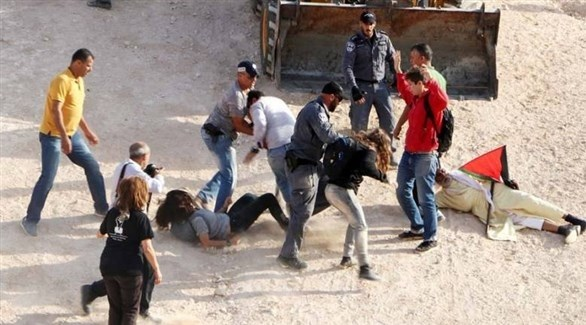 الجيش الإسرائيلي يعتدي بالضرب على متضامنين أجانب في الخان الأحمر (أرشيف)