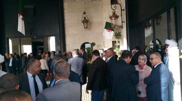 البرلمان الجزائري بعد إغلاق النواب الباب بالسلاسل الحديدية (المصدر)