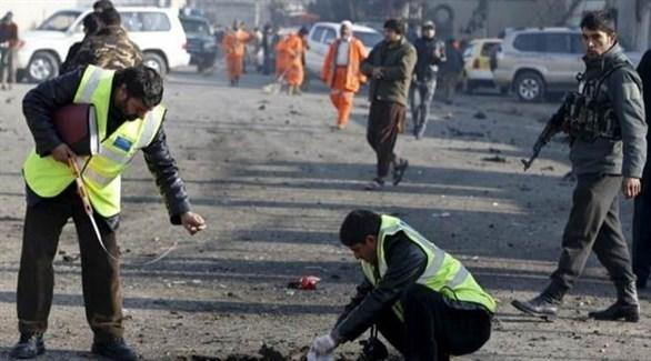 رجال أمن أفغان في موقع تفجير سابق (أرشيف)