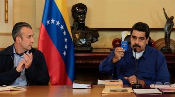 الرئيس الفنزويلي نيكولاس مادورو وإلى يمينه نائبه للشؤون الاقتصادية طارق العيسمي (أرشيف)