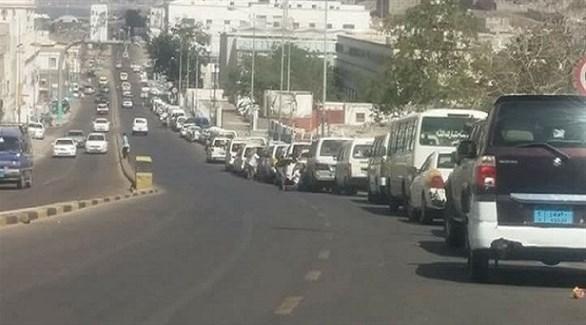 طابور من السيارات في عدن بحثاً عن بعض البنزين في إحدى المحطات (نيوزيمن)