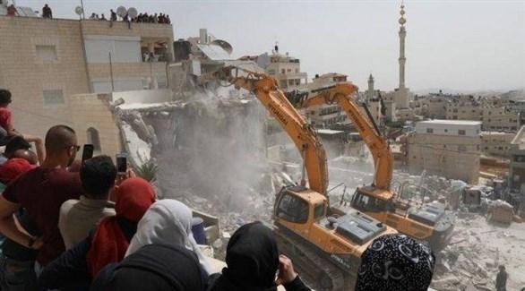 جرافة إسرائيلية تهدم بناية في الضفة الغربية (أرشيف)