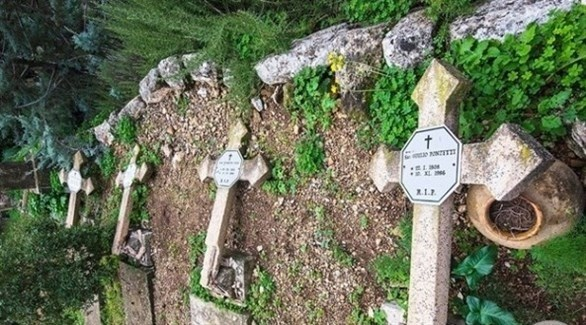صلبان مدمرة في مقبرة مسيحية بالقدس (أرشيف)