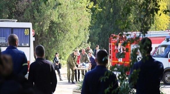 إجلاء بعض المصابين في الهجوم على الكلية في كيرتش القرم (أ ب)