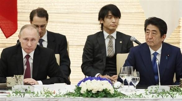 الرئيس الروسي فلاديمير بوتين ورئيس الوزراء الياباني شينزو آبي (أرشيف)