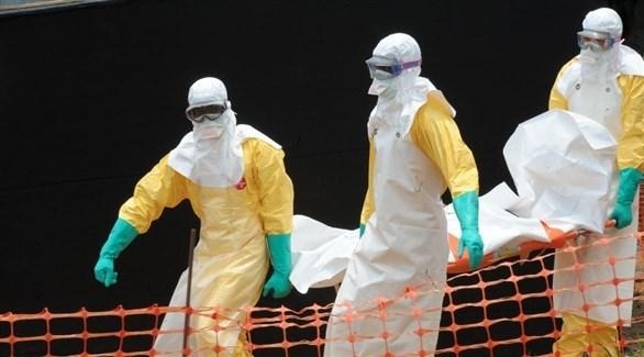 مسعفون ينقلون ضحية قضت بإيبولا في الكونغو (أرشيف)