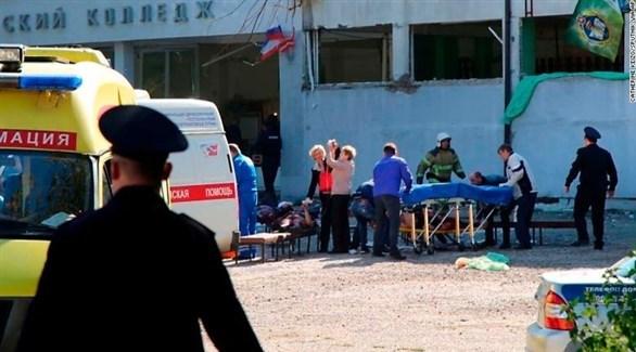 فريق طبي يعالج الجرحى خارج مبنى الكلية في كيرتش القرم (أ ب)