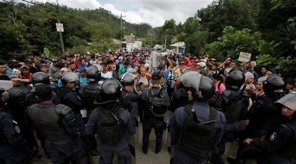 شرطة مكافحة الشغب في أونتاريو على حدود غواتيمالا لمنع المزيد من الأشخاص من الانضمام إلى قافلة المهاجرين الفارين من عدم المساواة والعنف في هندوراس (تويتر)