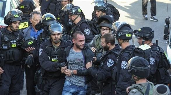 قوات إسرائيلية تعتقل أحد الشبان في القدس (أرشيف)