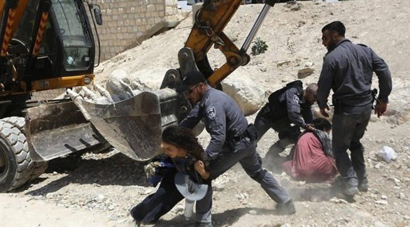 فلسطينيون يحتجون على هدم منازلهم في الخان الأحمر (أرشيف)