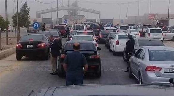 أدرنيون ينتظرون الدخول إلى سوريا من معبر جابر نصيب (أرشيف)