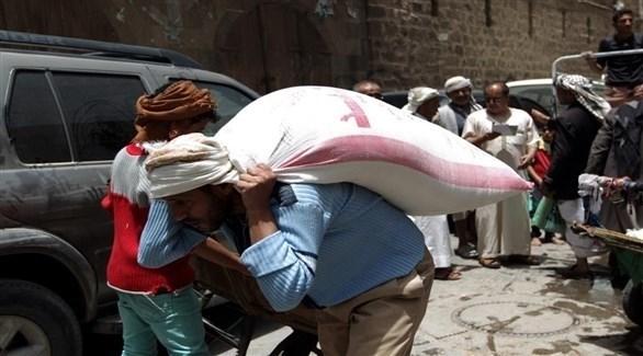 يمني ينقل كيس قمح على ظهره (أرشيف)