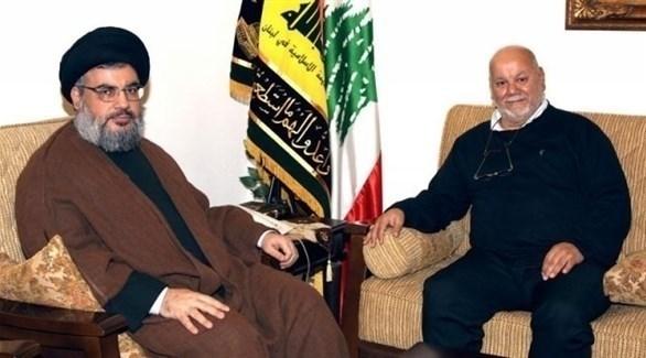رئيس مركز الزهراء في فرنسا يحي القواسمي مع زعيم حزب الله اللبناني حسن نصر الله (أرشيف)