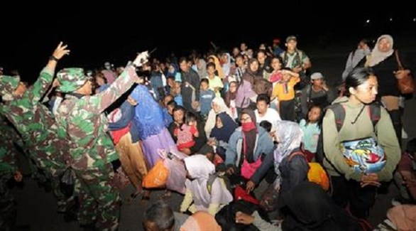 جنود إندونيسيون يحاولون مساعدة ونجدة متضررين من تسونامي (وكالة أنسا)